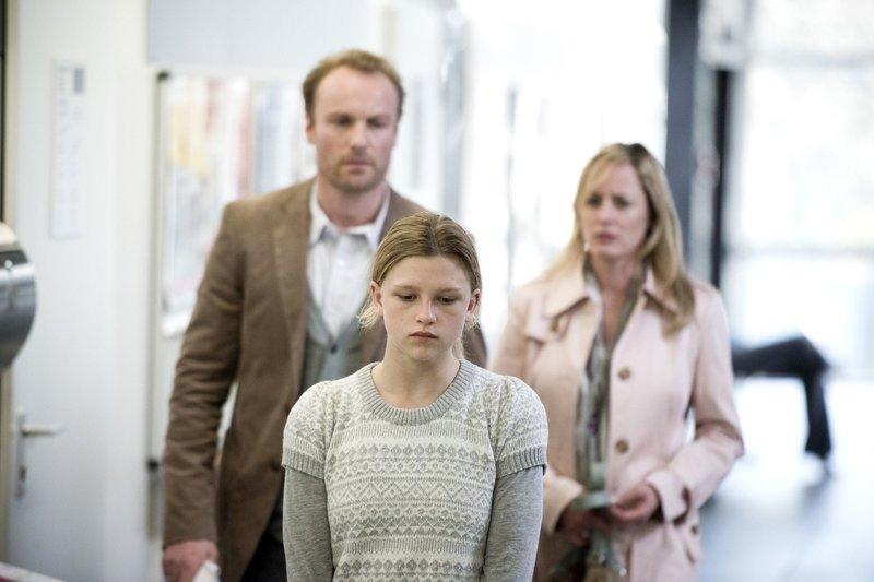 Stolz und störrisch: Sarah (Sinje Irslinger), beobachtet von Ihrer Mutter Birgit (Silke Bodenbender) und Andreas (Mark Waschke). – Bild: WDR/2pilots/Martin Rottenkolber