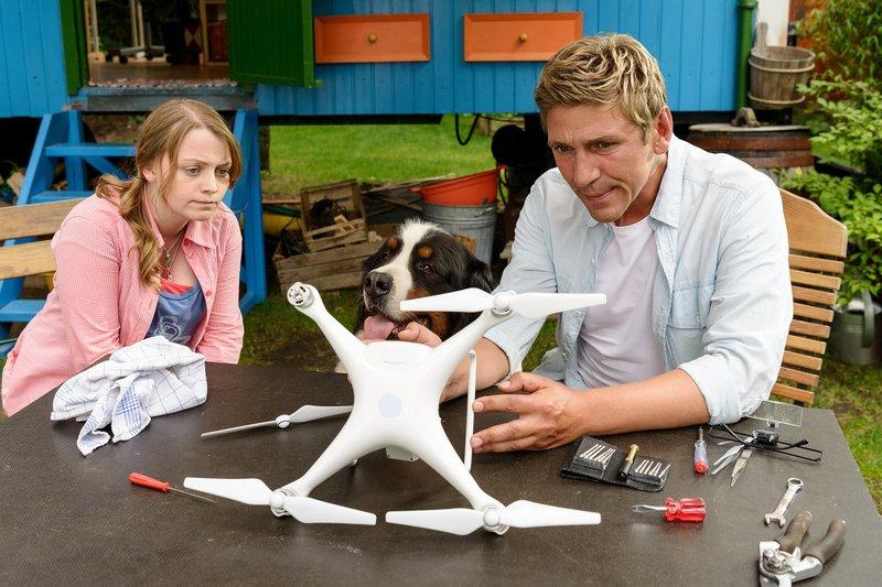 Fritz Fuchs (Guido Hammesfahr, r.) und seine Cousine Charlie (Géraldine Raths, l.) tüfteln einen ganz besonderen Plan aus, um den geheimnisvollen Besitzer der Drohne zu finden. – Bild: ZDF/Antje Dittmann