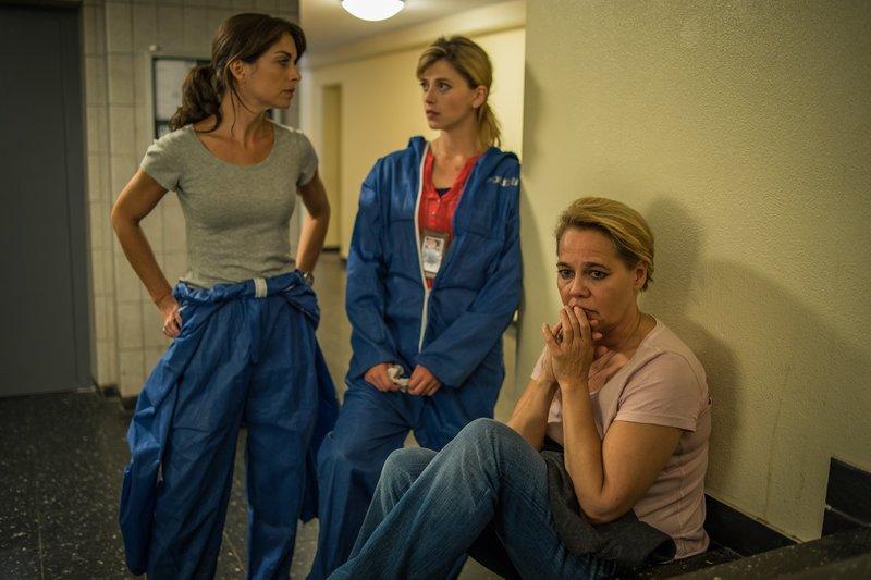 Resi Schwaiger (Mersiha Husagic, M.) und Katharina Hahn (Bianca Hein, l.) befragen Magdalena Franke (Astrid Kohrs, r.). – Bild: ZDF
