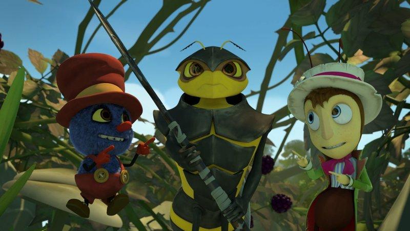 Horatio Hornisse, der Hauptmann von Wendy Wespe, macht sich zusammen mit Klaus (li.) und Gregor (re.) auf, seine Wespe zu retten, die in einem Spinnennetz festhängt. – Bild: KiKA