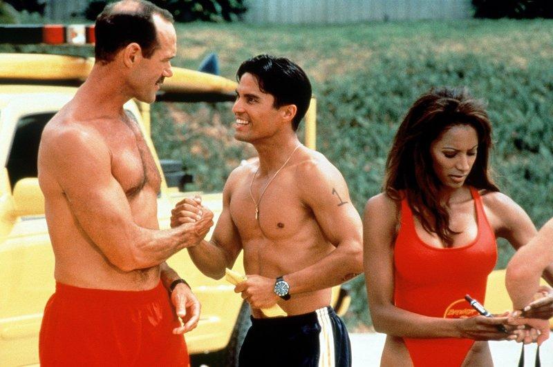 Jordan (Traci Bingham) hilft beim Ausscheidungsrennen. Manny (Jose Solano, M.) erfährt von Newman (Michael Newman), dass er wegen seiner Sehschwäche nicht Rettungsschwimmer werden kann. – Bild: Nitro.