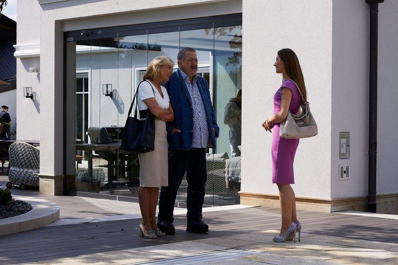 Die Kommissare Danner (Katharina Abt, l.) und Hofer (Joseph Hannesschläger, M.) befragen die Immobilienmaklerin Juliane Tausig (Daniela Kiefer, r.), in welchem Verhältnis sie zum Opfer stand. – Bild: ZDF und BOJAN RITAN.