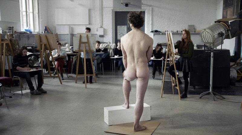 Max steht seit sechs Jahren Model. Sein herkulischer Körper wirkt in jeder Pose wie aus Marmor gehauen. – Bild: MDR/42film