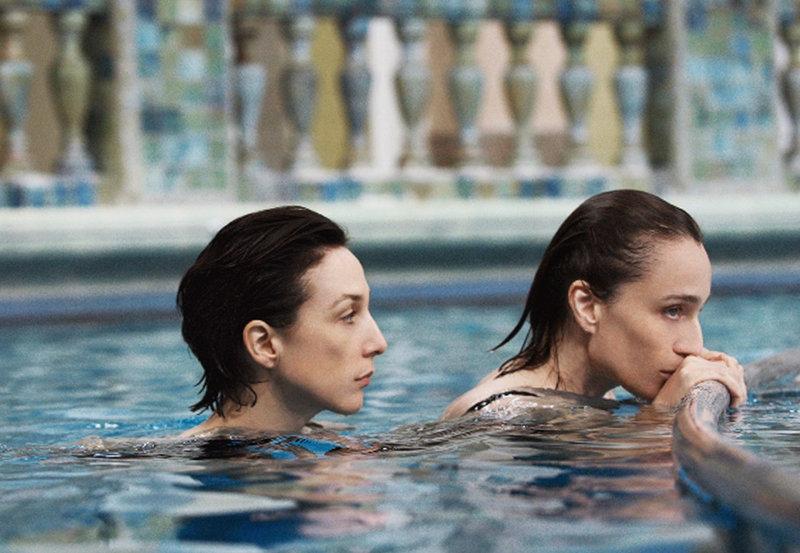 Lea (Elsa Zylberstein, li.) versucht ihre Schwester Juliette (Kristin Scott Thomas) zu verstehen, die 15 Jahre wegen Mordes im Gefängnis war. – Bild: ZDF und ARD Degeto