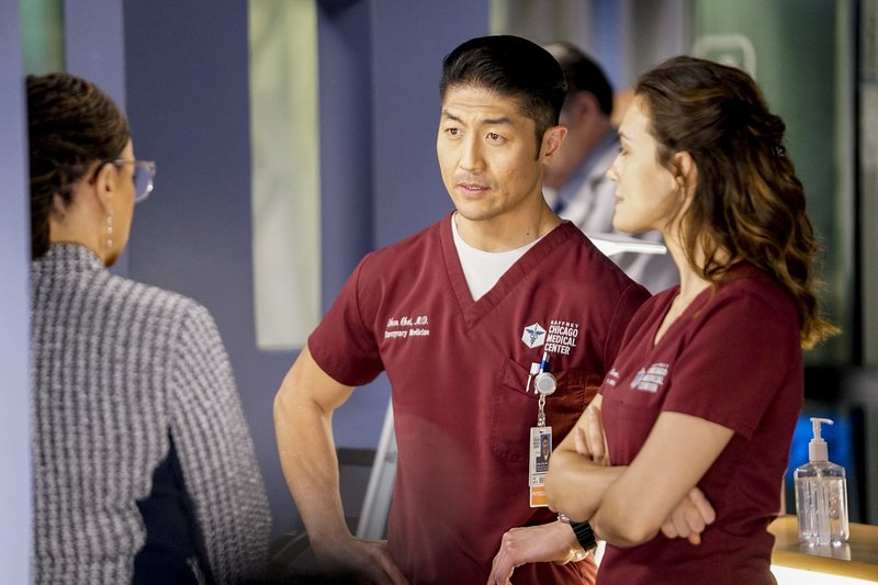"CHICAGO MED -- ""More Harm Than Good"" Episode 420 -- Pictured: (l-r) Brian Tee as Dr. Ethan Choi, Torrey DeVitto as Dr. Natalie Manning -- (Photo by: Elizabeth Sisson/NBC) – Bild: Universal TV"
