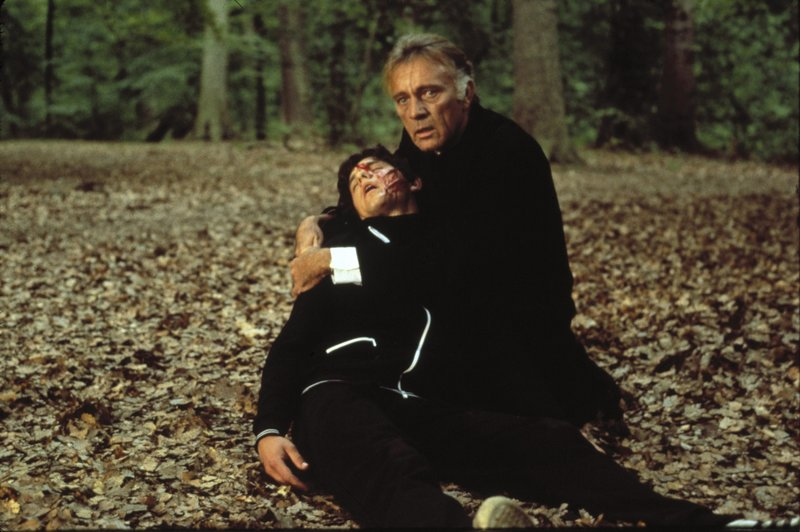 Benjie (Dominic Guard, l.); Pater Goddard (Richard Burton, r.) – Bild: 1988 Orion Pictures Corporation. All Rights Reserved. Lizenzbild frei