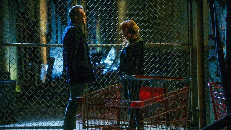Es kommt Licht in die gemeinsame Vergangenheit von Sherlock (Jonny Lee Miller, l.) und Kitty (Ophelia Lovibond, r.) ... – Bild: CBS Television Lizenzbild frei
