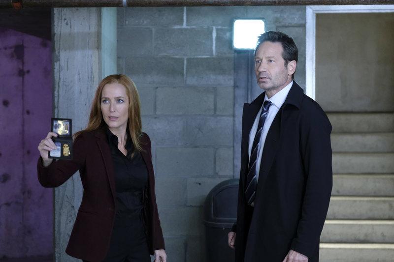Scully (Gillian Anderson, l.) und Mulder (David Duchovny, r.) ermitteln in einem Fall, bei dem sich eine ganze Gruppe Menschen an eine alternative Realität erinnern zu scheinen ... – Bild: 2018 Fox and its related entities. All rights reserved. Lizenzbild frei