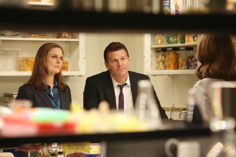 Brennan (Emily Deschanel) und Booth (David Boreanaz) ermitteln in einer Schulkantine, in der menschliche Überreste in einem Eintopf gefunden wurden. – Bild: TVNOW / FOX