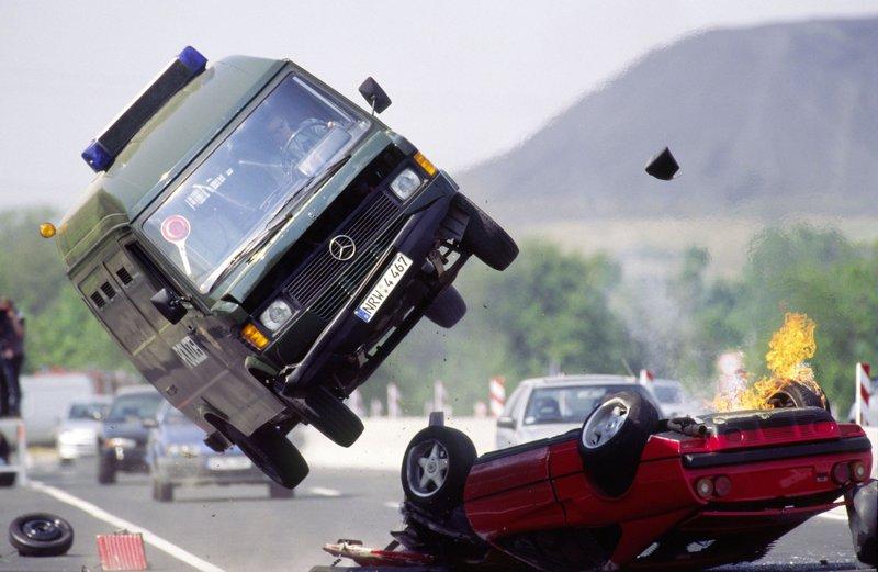Die Kommissare verfolgen einen geklauten Ferrari, der die Kontrolle verliert und abhebt. Ein zufällig auf der Gegenfahrbahn fahrender Gefangenen-Transporter crasht wiederrum in den Ferrari und hebt ebenfalls ab... – Bild: RTL