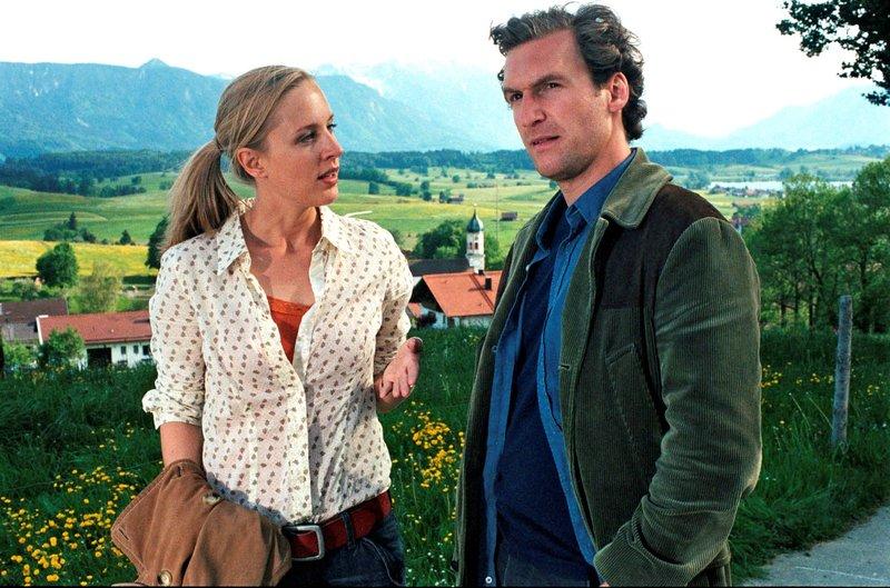 Rebecca (Lilian Klebow, l.) und Mark (Siegfried Terpoorten, r.) diskutieren über das Liebesleben von Peter Kiesel. – Bild: Pro7/Sat1 / © Sat.1