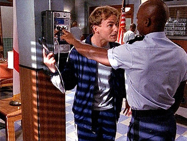 Francis (Christopher Masterson, l.) bekommt Ärger mit Stanley (Karim Prince), weil er ständig telefoniert. – Bild: ORF eins