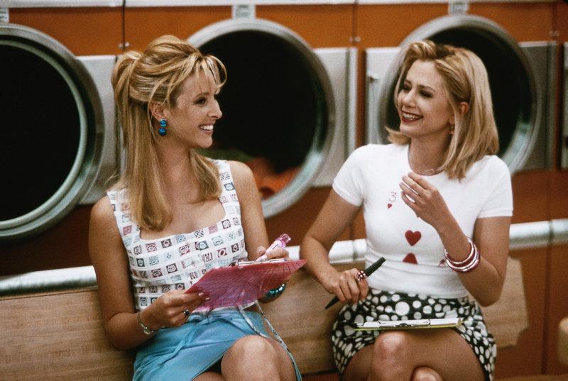 Seit der Schulzeit sind Michele (Lisa Kudrow, r.) und Romy (Mira Sorvino) unzertrennlich. – Bild: VOX