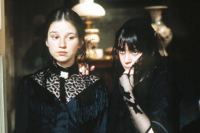 Die Schwestern Mathias (Anja Jaenicke, rechts) und Gervaise (Lena Stolze). – Bild: BR/Filmverlag der Autoren/Hermann Schulz