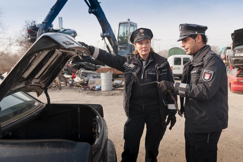 Auf dem Schrottplatz vermuten Claudia (Janette Rauch) und Tarik (Serhat Cokgezen) das Diebesgut vom Werkhof. – Bild: ZDF und Boris Laewen