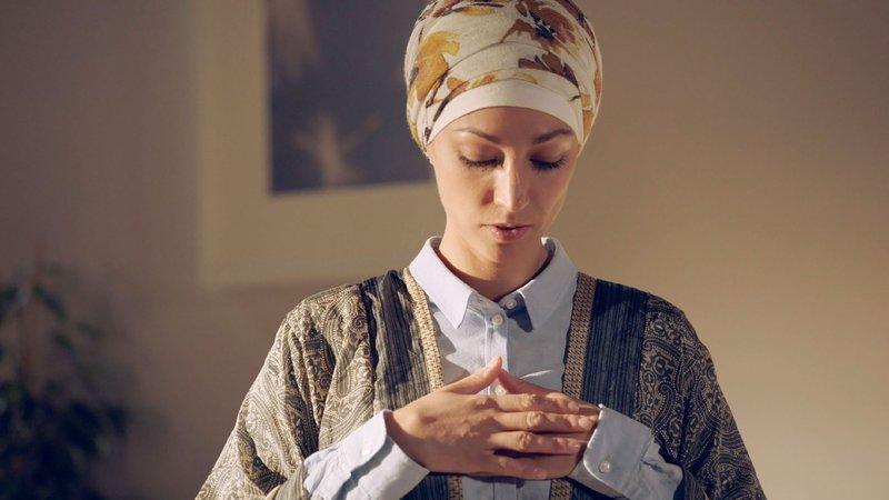 Nazan (Vildan Cirpan) wird von Felix bei ihrem Gebet beobachtet. – Bild: TVNOW