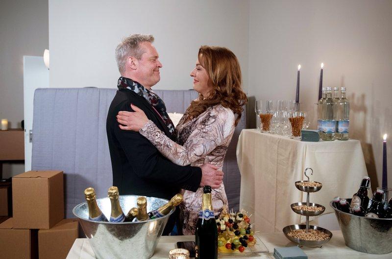 Glücklich feiern Yvonne (Julia Dahmen, r.) und Frank (Axel Buchholz, l.) die Einweihung ihrer gemeinsamen Wohnung. – Bild: ARD/Nicole Manthey