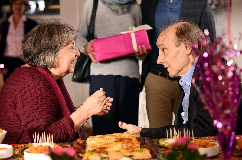 Im Seniorenstift: Sibel Yilmaz (Sema Poyraz, l.) freut sich über die Glückwünsche von Gustav Lindner (Nikolaus Paryla, r.). – Bild: ARD/Barbara Bauriedl
