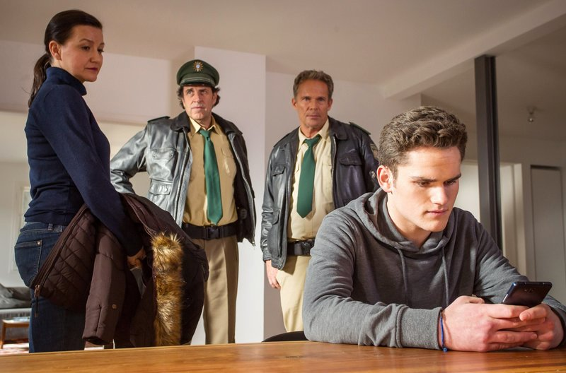 Hubert (Christian Tramitz, 2. von rechts) und Staller (Helmfried von Lüttichau, 2. von links) befragen Frau Strickler (Katja Liebing, links) und ihren Sohn Max (Quirin Oettl), die das Opfer kannten. – Bild: ARD/BR/TMG/Chris Hirschhäuser
