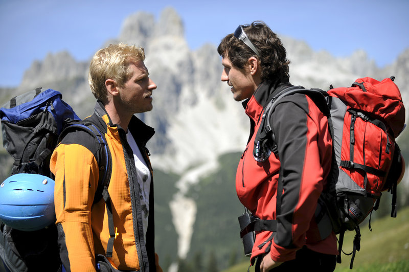 Rivalen: Die Bergwachtler Andreas Marthaler Martin Gruber, l.) und Tobias Herbrechter (Markus Brandl, r.). – Bild: ZDF und Thomas R. Schumann