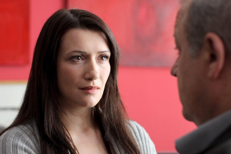Viola Kohlmann (Claudia Mehnert) bittet Wilsberg (Leonard Lansink) der Presse gegenüber nicht zu sagen, dass sie ihr Chef unsittlich angegangen ist. – Bild: ZDF und Guido Engels