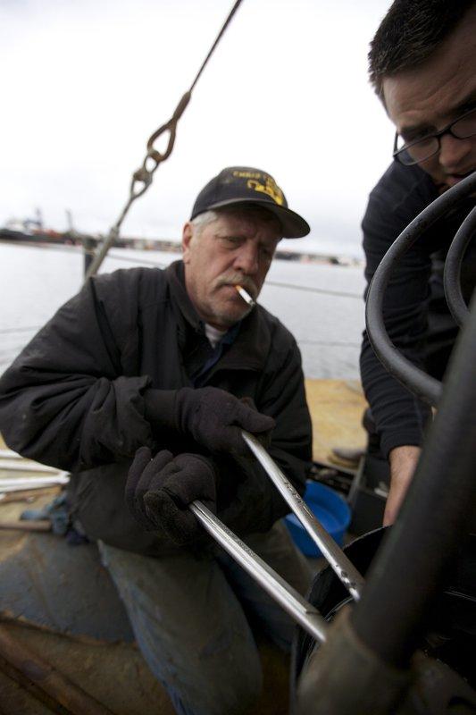 Steve Pomrenke and Cody Moen working. – Bild: Discovery Communications