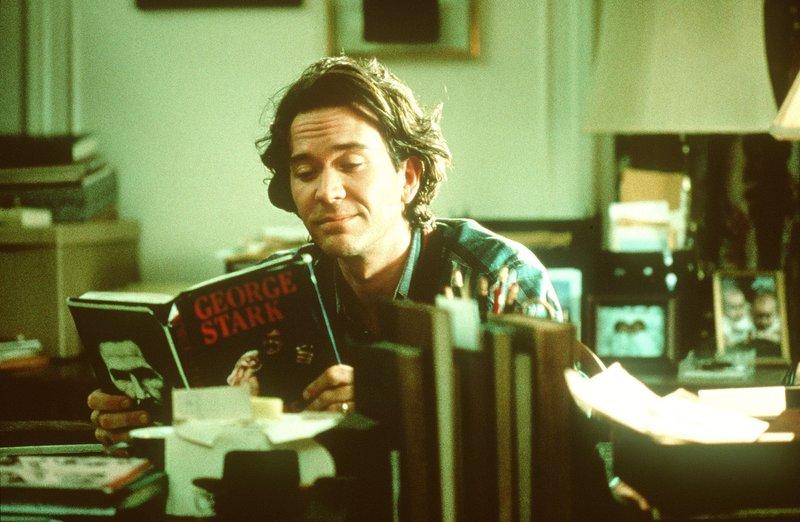 Thad (Timothy Hutton) verdient sich unter dem Pseudonym George Stark mit blutiger Horrorliteratur ein Vermögen. – Bild: Tele 5