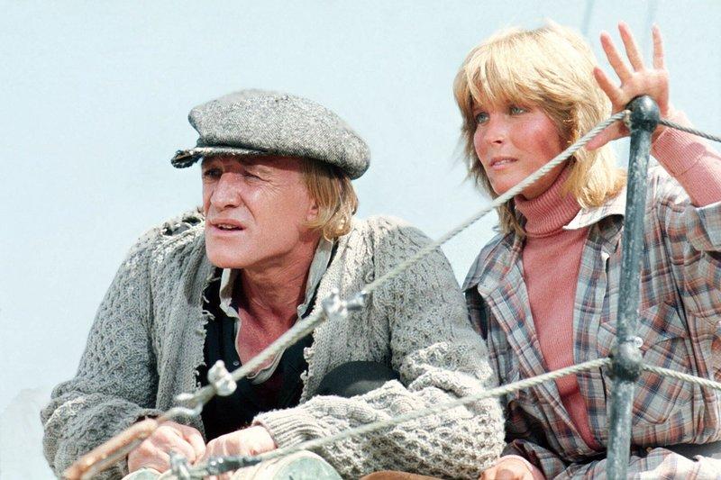 Kapitän Nolan (Richard Harris) und seine Partnerin Annie (Bo Derek) haben es auf gewinnbringende Wale abgesehen. – Bild: ARD Degeto