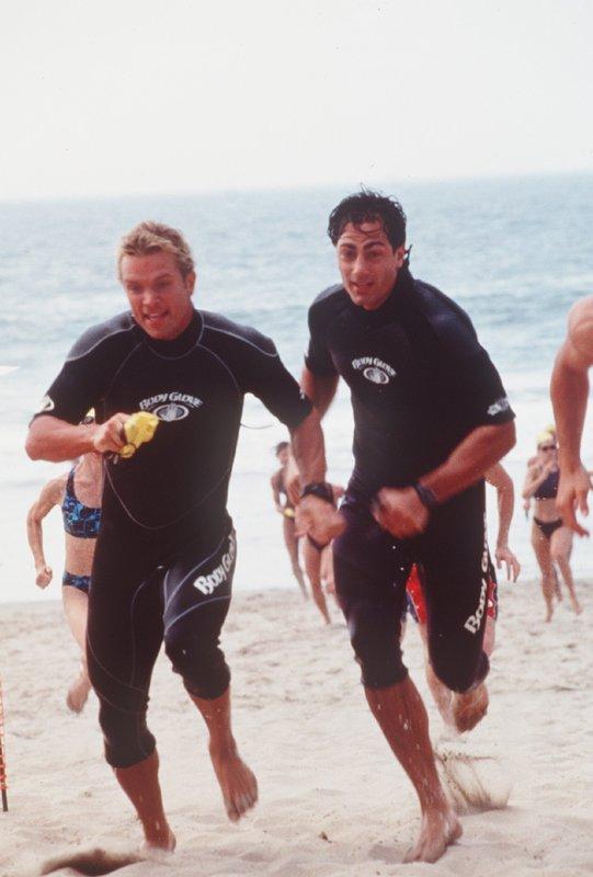 Cody (David Chokachi, l.) und JD (Michael Bergin) haben beschlossen, gemeinsam für einen Triathlon zu trainieren. Doch sie behindern sich durch harten Konkurrenzkampf. – Bild: Nitro.