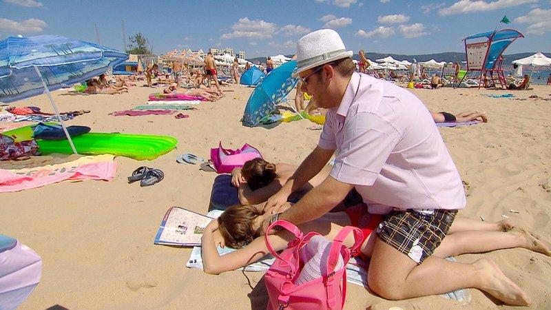 Dennis bietet den Damen am Strand Gratis-Massagen an und kann damit tatsächlich punkten... – Bild: RTL II