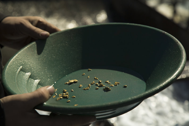 Gold flakes in a bowl. – Bild: Discovery Communications