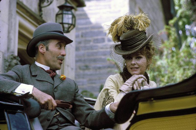 Christopher Lee (Mycroft Holmes), Geneviève Page (Ilse von Hoffmanstal). – Bild: ORF