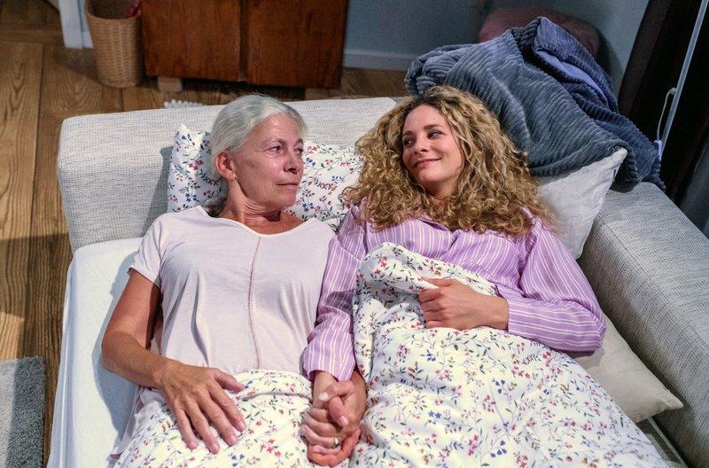 Franzi (Léa Wegmann, r.) kümmert sich rührend um Tante Margit (Michaela Stögbauer, l.), die nicht einschlafen kann. – Bild: ARD/Christof Arnold