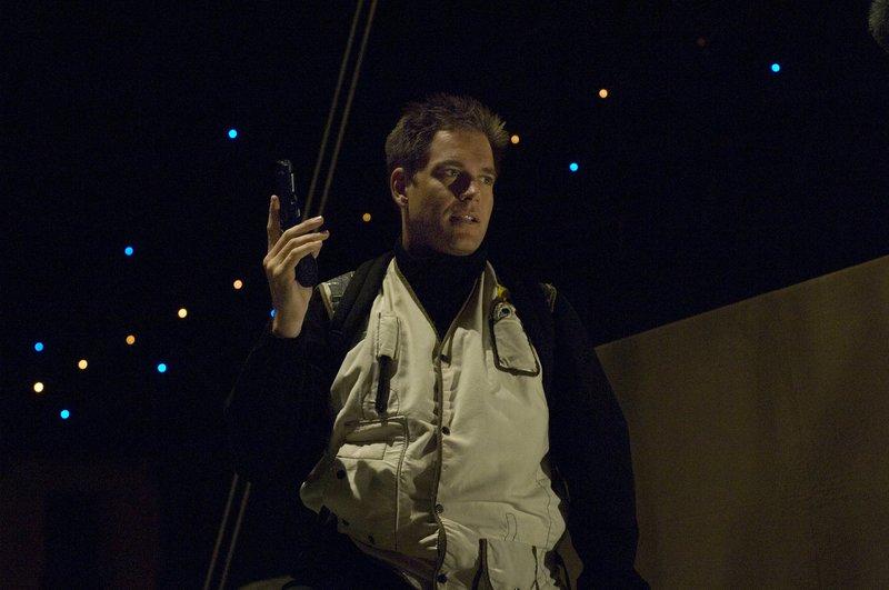 Bei einem neuen Fall stoßen Tony (Michael Weathely) und das restliche Team auf einem gefährlichen Virus ... – Bild: CBS Television Lizenzbild frei
