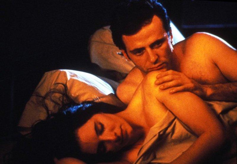 Für Detective John Hallstrom (Aidan Quinn, l.) steht viel auf dem Spiel: Was ist, wenn Emma Brody (Madeleine Stowe, r.) den Mörder doch nicht gesehen hat, sondern Opfer einer Halluzination wurde? – Bild: Warner Bros. Lizenzbild frei