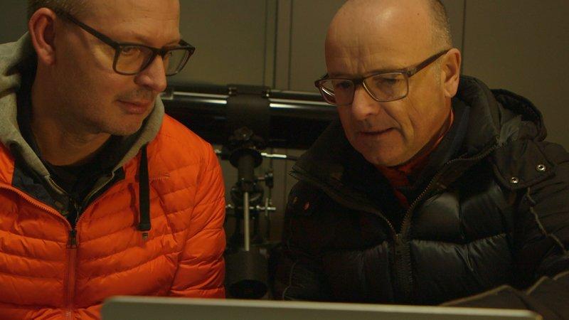 Von links: Prof. Dr. Christian Hesse und Wissenschaftsmoderator Karsten Schwanke sprechen über die Schwierigkeit der Wettervorhersage. – Bild: BR/Maximilian Schecker