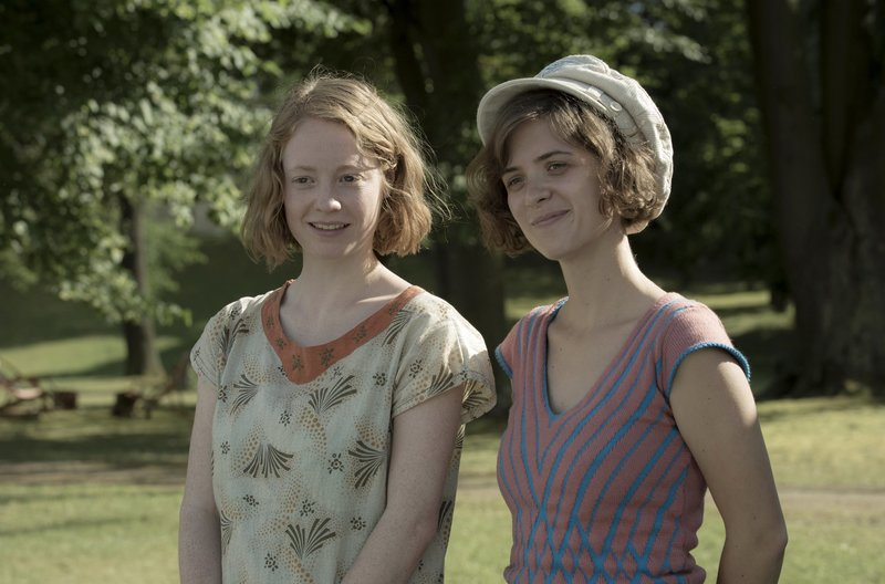Greta (Lenoie Benesch, links) und Charlotte (Liv Lisa Fries) am Wannsee. – Bild: MDR/ARD Degeto/X-Filme/Beta Film/Sky Deutschland/Frédéric Batier