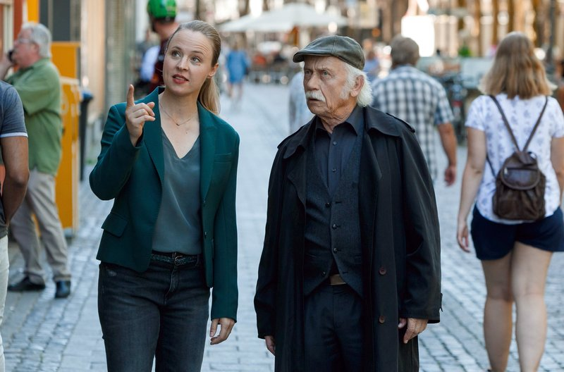 Im Einsatz: Vicky Adam (Katja Danowski, l.) und Edwin Bremer (Tilo Prückner, r.). – Bild: ARD/Kai Schulz