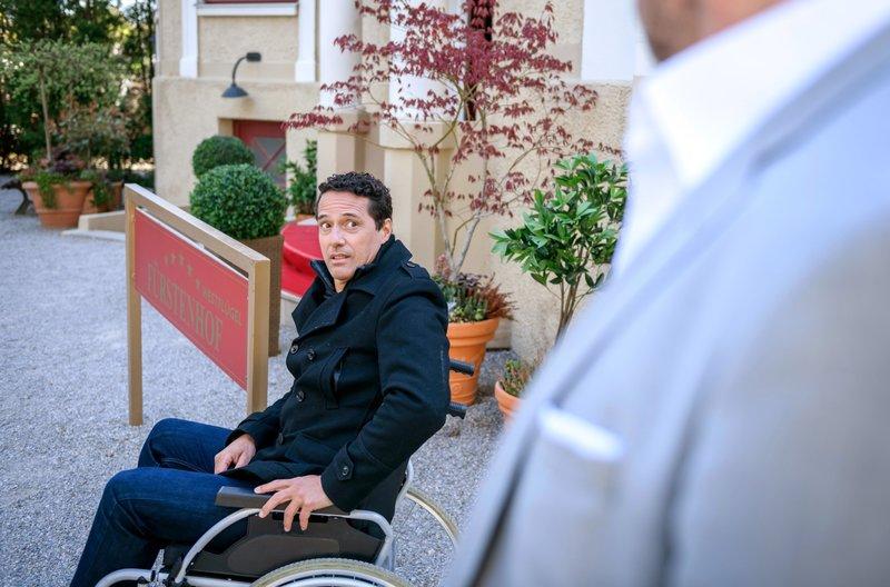Dirk (Markus Pfeiffer, l.) gratuliert Christoph (Dieter Bach, r.) reserviert zur Verlobung. – Bild: ARD/Christof Arnold