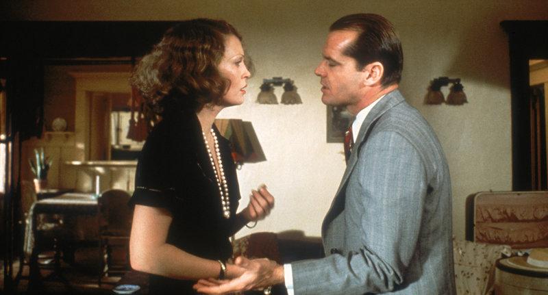Evelyn Cross Mulwray (Faye Dunaway, r.) engagiert den Privatdetektiv J.J. Gittes (Jack Nicholson, l.), ihren Mann zu überwachen ... – Bild: Puls 8