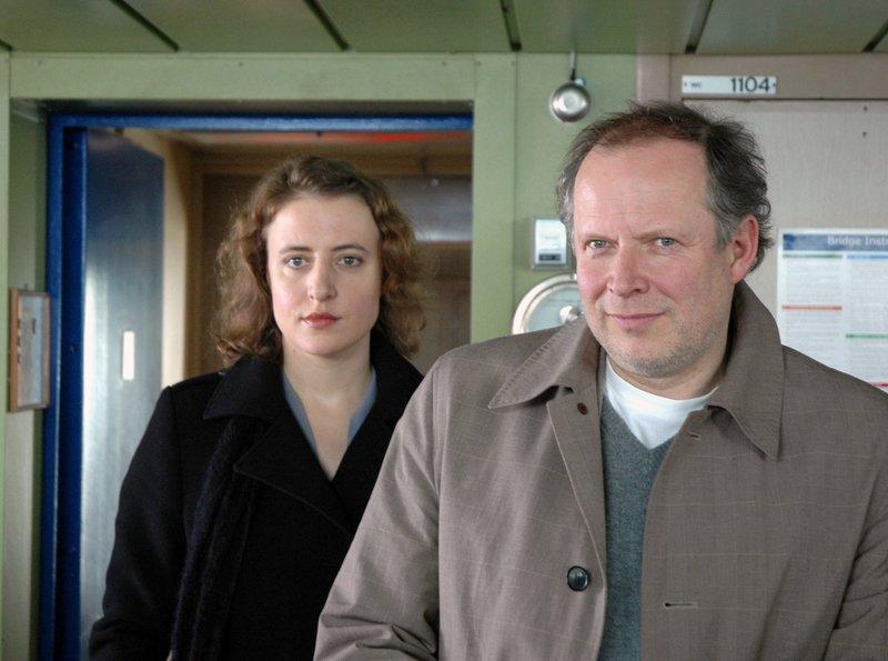Kriminalhauptkommissar Klaus Borowski (Axel Milberg) taucht mit Frieda Jung (Maren Eggert) auf der Brücke der Fähre auf, um den ersten Offizier zu befragen. – Bild: NDR/Marion von der Mehden