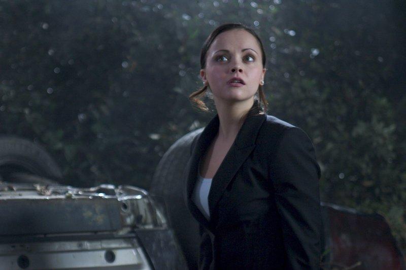 Ellie (Christina Ricci) fühlt sich in der verlassenen Gegend nicht wohl. Sie beschleicht das Gefühl, dass etwas dort draußen lauert. – Bild: ZDF und Eric Lee