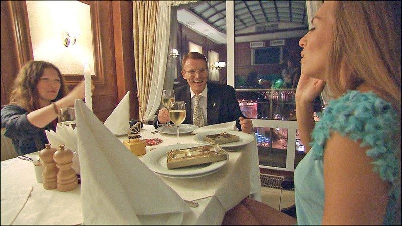 In Kiew trifft Walther zum zweiten Mal Aliona und beschenkt die 30-jährige mit Schmuck und Schokolade... – Bild: RTL II