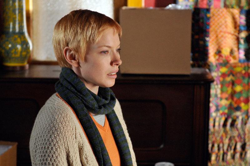 Das Vergewaltigungsopfer Amanda Jacobs (Christine Horne) gibt an, von dem gefährlich 'Riverdale'-Vergewaltiger missbraucht worden zu sein. Doch bei ihrer Aussage verstrickt sie sich zu oft in Widersprüche. – Bild: TVNOW / KING FILM PRODUCTIONS II/BETA FILM
