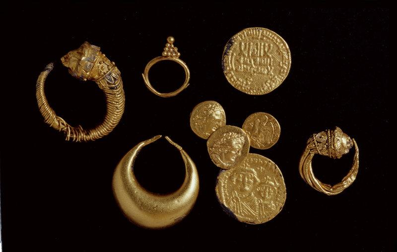Goldene Löwenkopf- und Sichelformohrringe aus Herakleion waren in hellenistischer Zeit vom 4.-2. Jh.v.Chr. sehr beliebt. Die Ausgrabungen brachten auch Goldmünzen zutage. – Bild: MDR