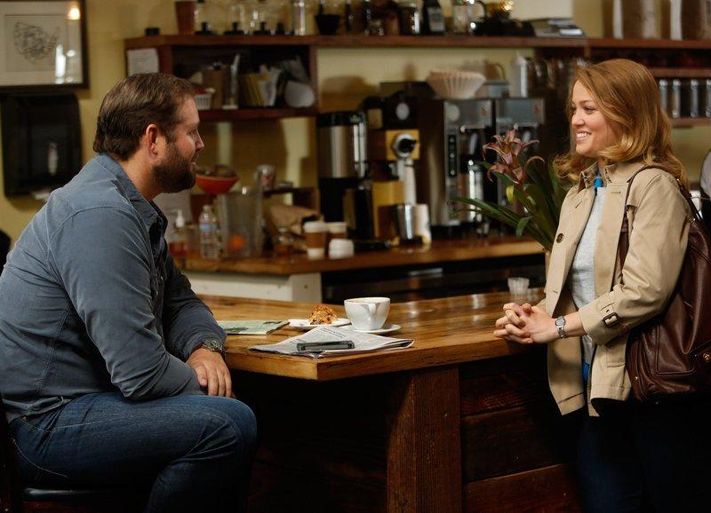 Parenthood Haus(ver)kauf - Cold Feet Staffel 5, Episode 20 Flirt: David Denman als Ed Brooks, Erika Christensen als Julia Braverman-Graham – Bild: SRF/NBC Universal