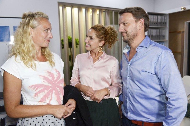 Maren (Eva Mona Rodekirchen, l.) freut sich mit Nina (Maria Wedig) und Robert (Nils Schulz) über deren Verlobung. – Bild: TVNOW / Rolf Baumgartner
