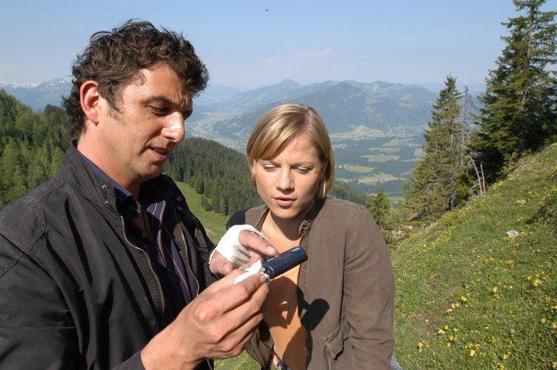 Die SOKO-Ermittler Andreas Blitz (Hand Sigl) und Karin Kofler (Kristina Sprenger). – Bild: ZDF und Marco (Orlando Pichler)
