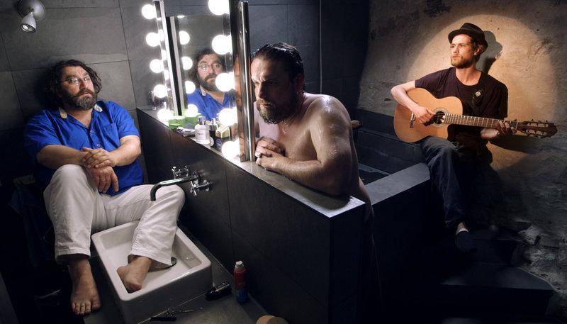 Tobias (Heiko Pinkowski, l.), Flasche (Peter Trabner, M.) und der Troubadour (Robert Gwisdek). – Bild: ZDF und Dennis Pauls