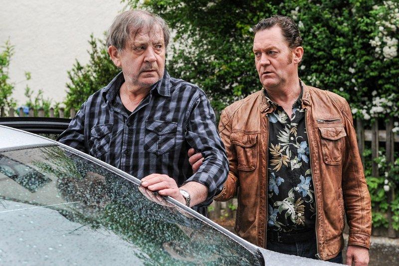 Benno Wiese (André Jung, l.) wird von Paul Böhmer (Jürgen Tonkel, r.) wieder nach Hause entlassen. In der Nachbarschaft wird er mit Hassrufen und Drohungen begrüßt. – Bild: ORF 2